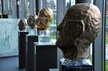 Glasmuseum studioglas Glaskoepfe Eisch