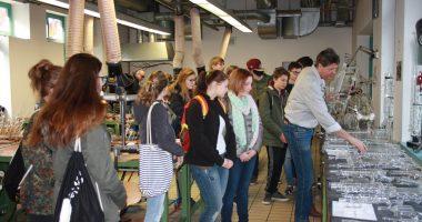 Mittelschule erkundet Glasfachschule